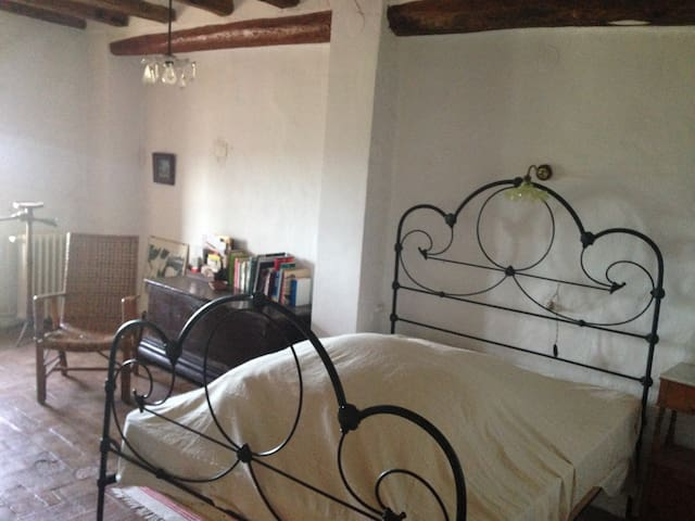 quiet antique masia in green valley, 30´ to beach - Lilla - Casa