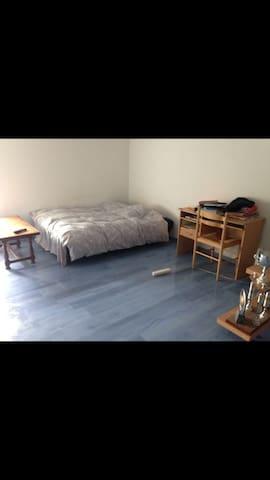 Une belle chambre avec beau paysage - Tillou - Huis